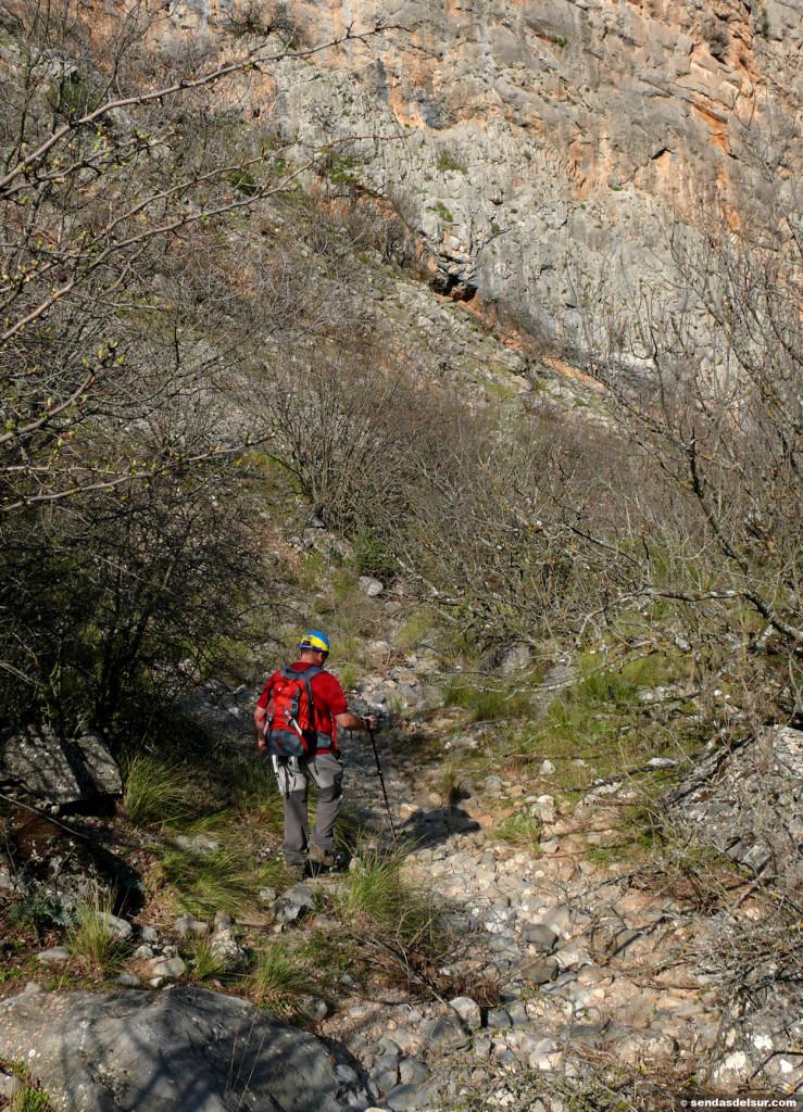 Miguel avanzando por el cauce del barranco del Perú